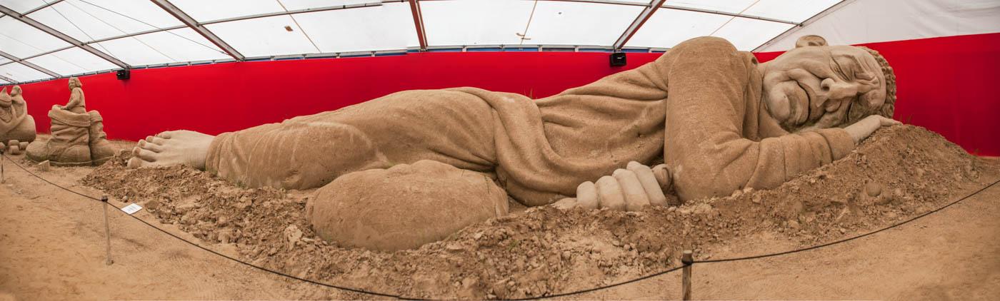 Ein schlafender Riese aus einem Märchen auf dem Sandskulpturen Festival Rügen