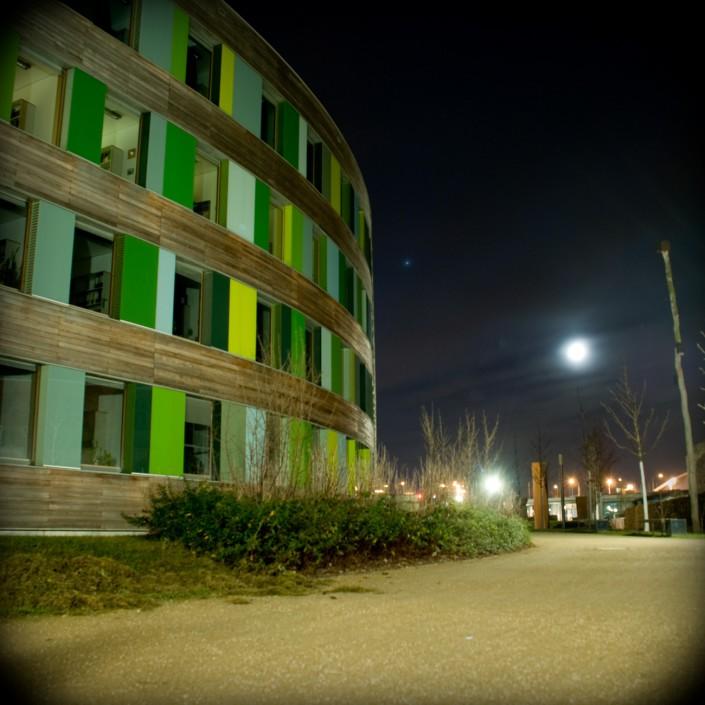 Eine Langzeitbelichtung des Umweltbundesamt in Dessau